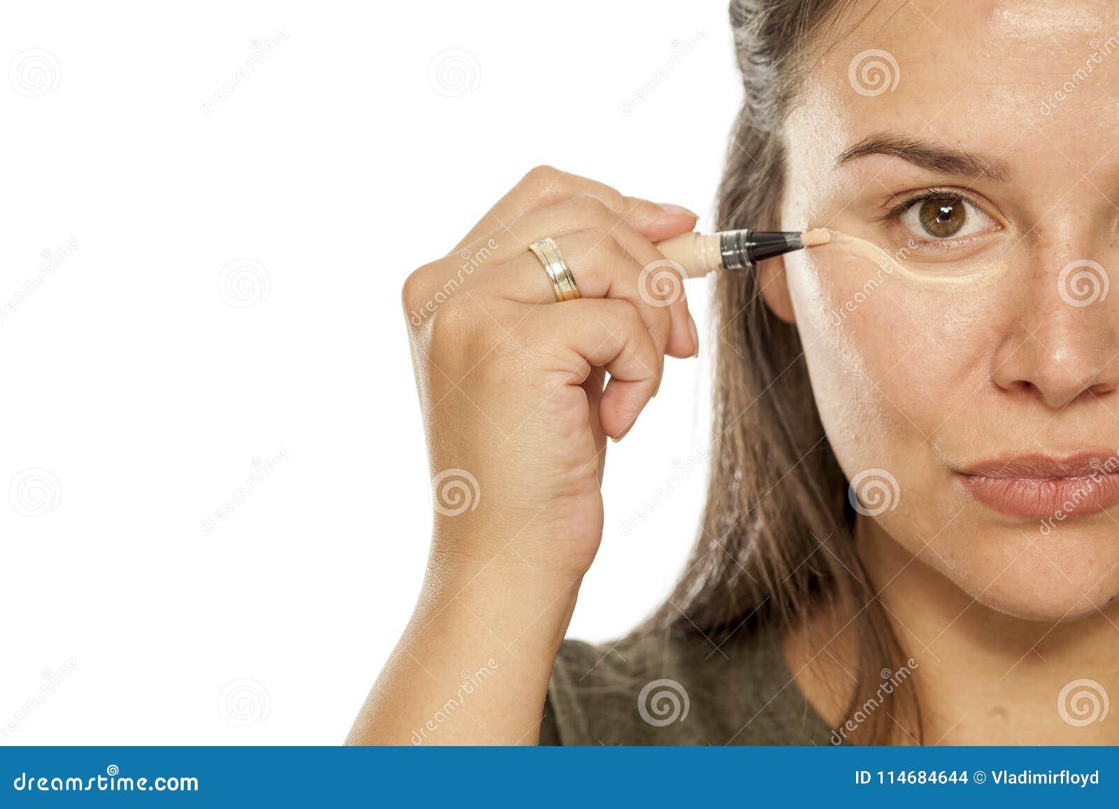 Donna che applica concealer