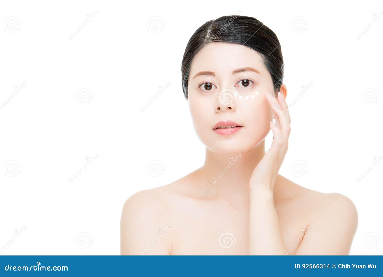 Donna che applica crema d idratazione