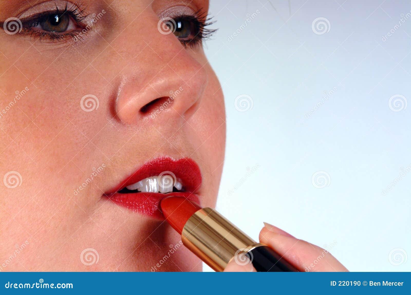 Donna che applica rossetto