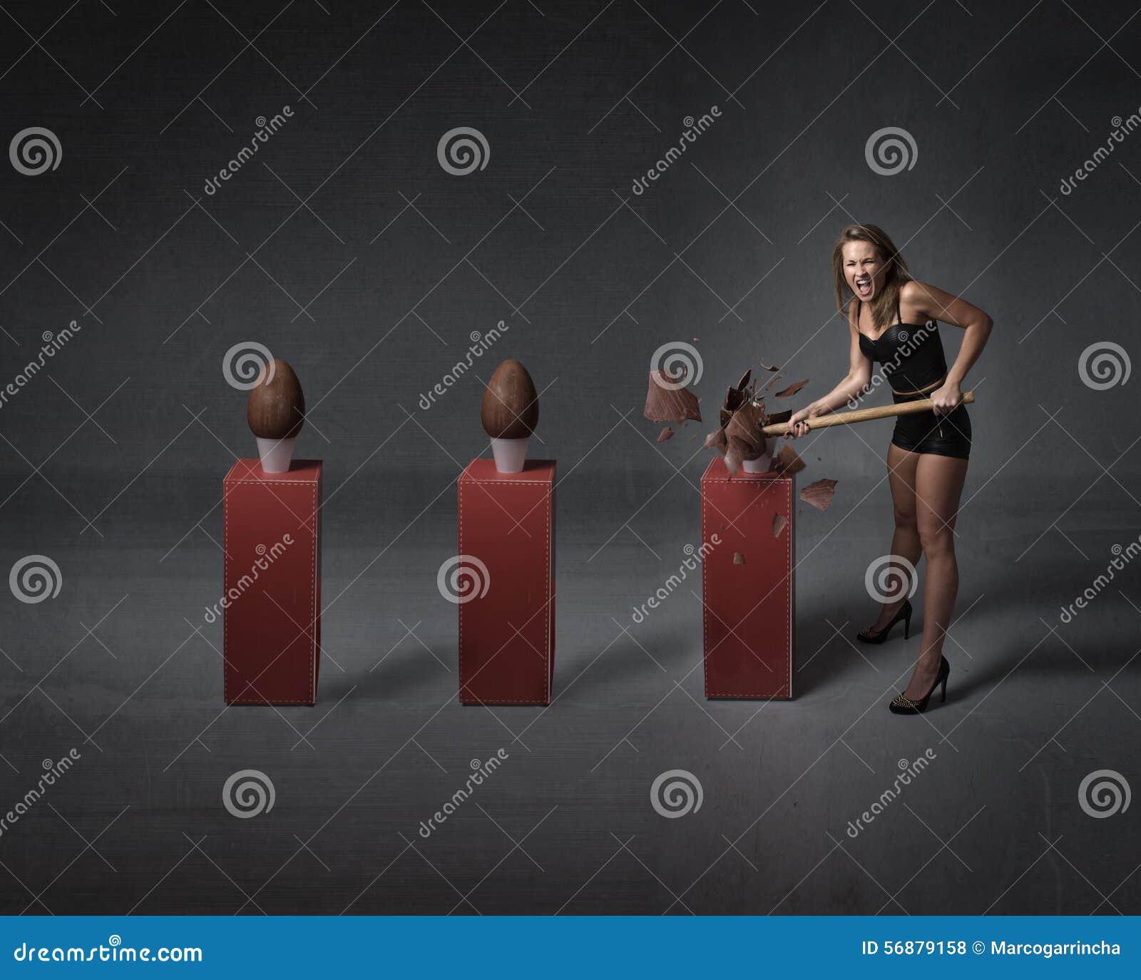Donna che apre le uova di cioccolato di pasqua