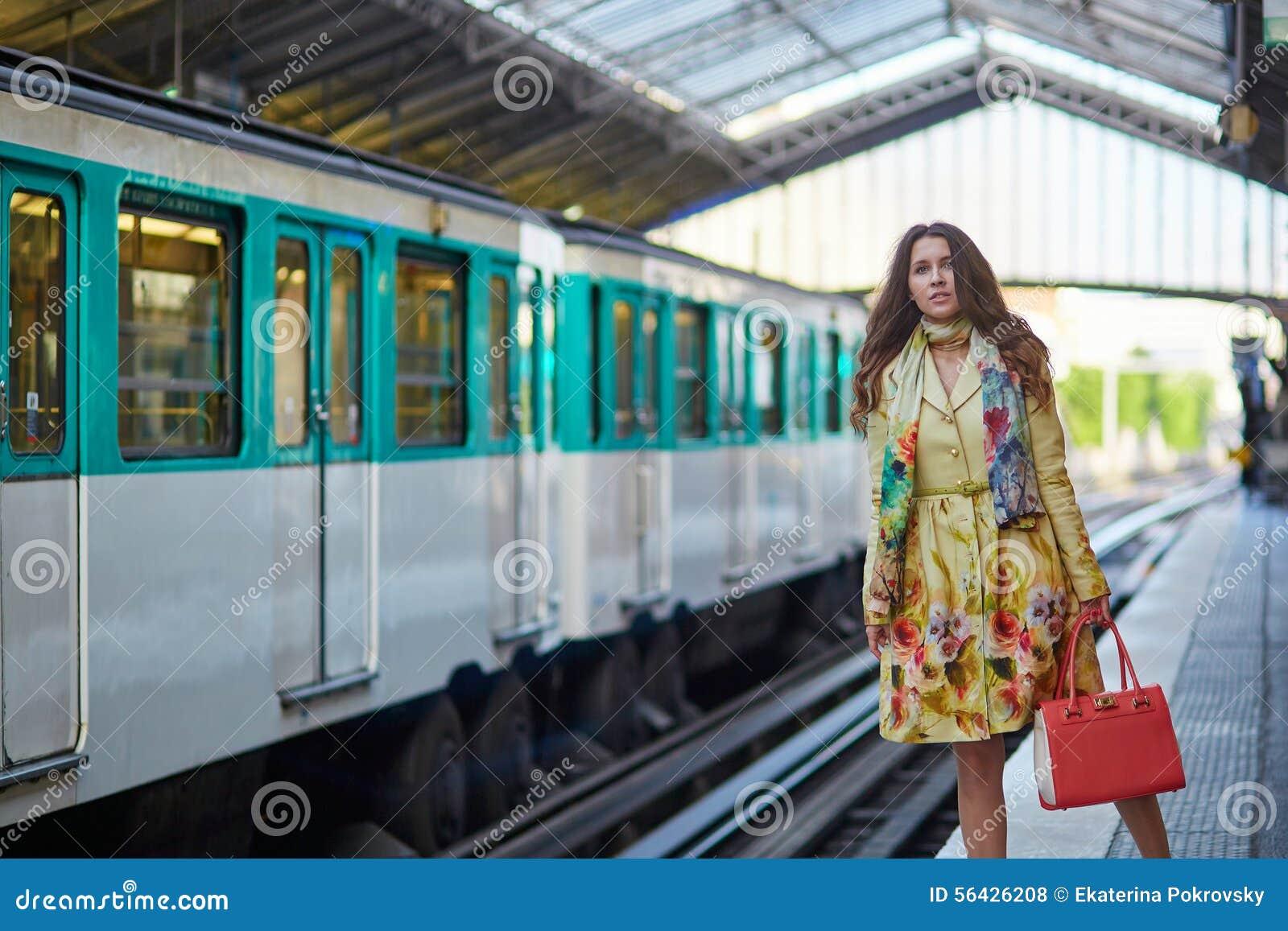 Donna che aspetta un treno fotografia stock. Immagine di