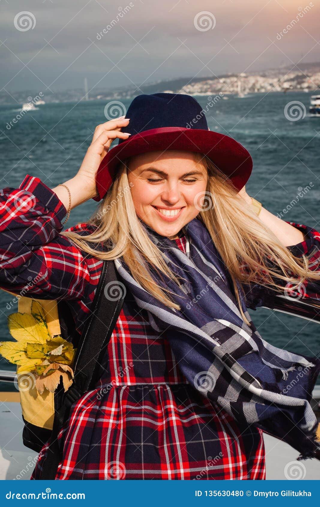 Donna che attraversa sul traghetto a Costantinopoli through lo stretto del Bosforo