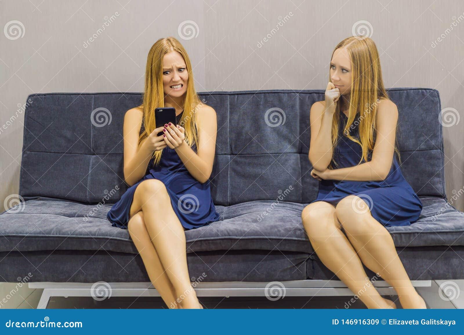 Donna che avverte le emozioni tristi facendo uso di uno smartphone e valutare le loro emozioni dal lato Intelligenza impressionab