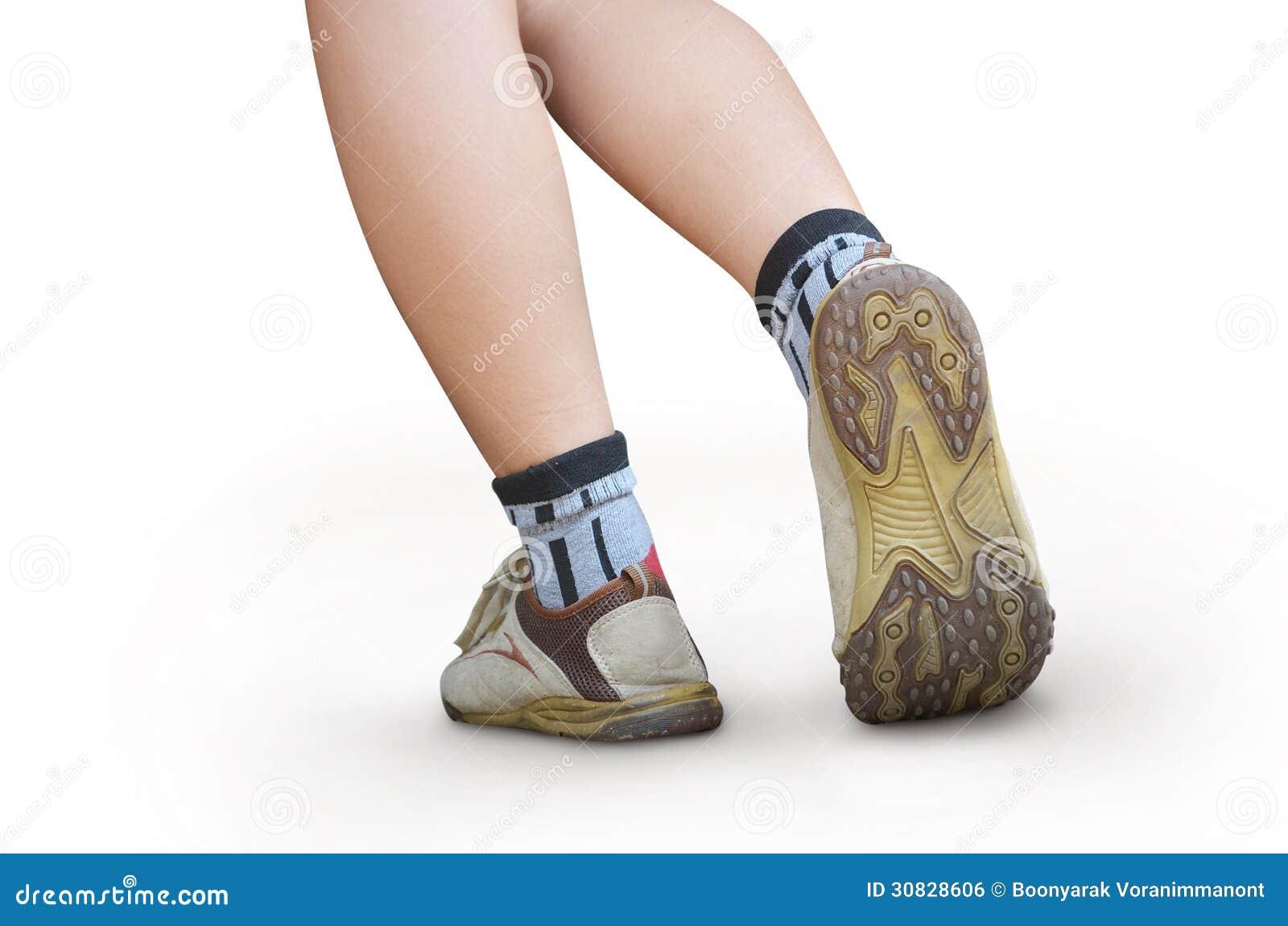 Donna che cammina, primo piano della scarpa di sport