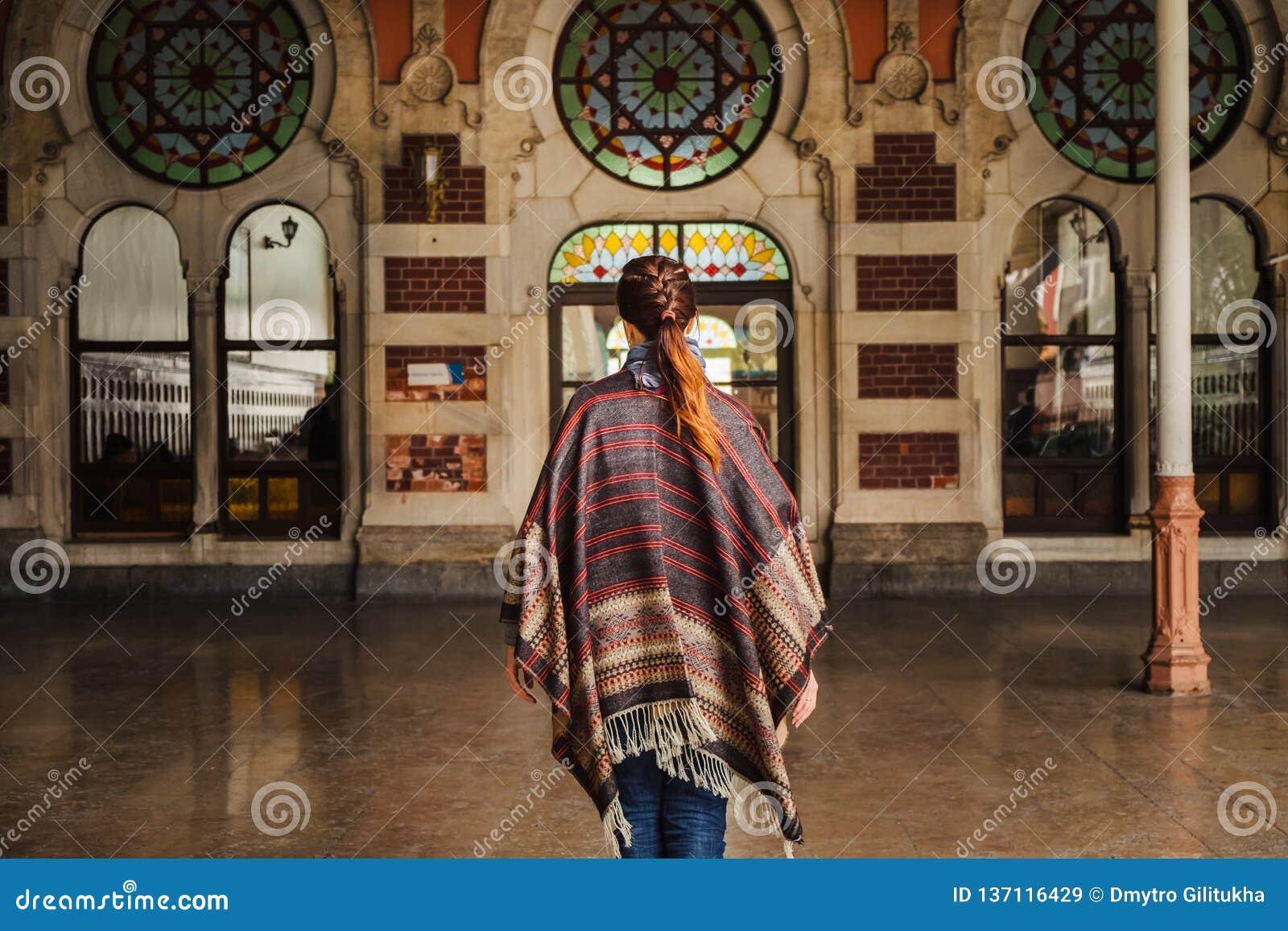 Donna che cammina vicino alla stazione ferroviaria di Orient Express a Costantinopoli