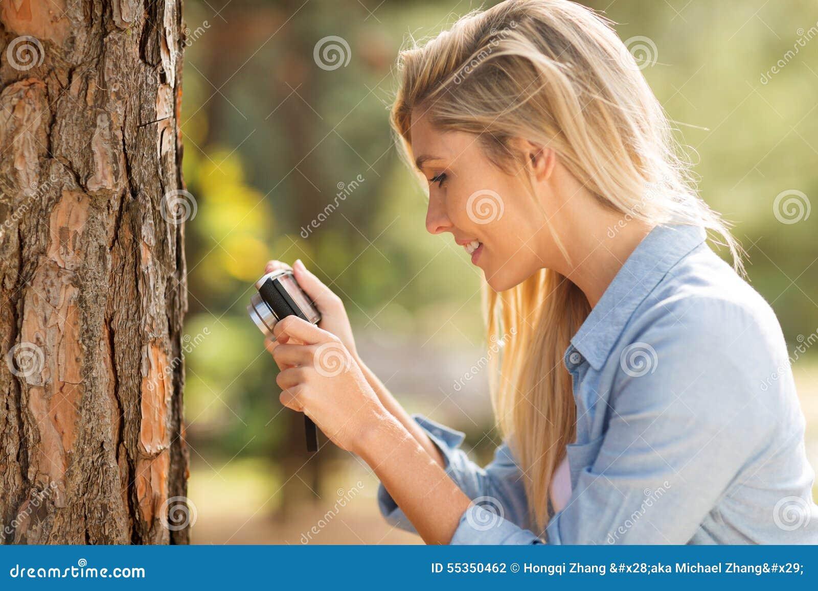 Donna che cattura foto