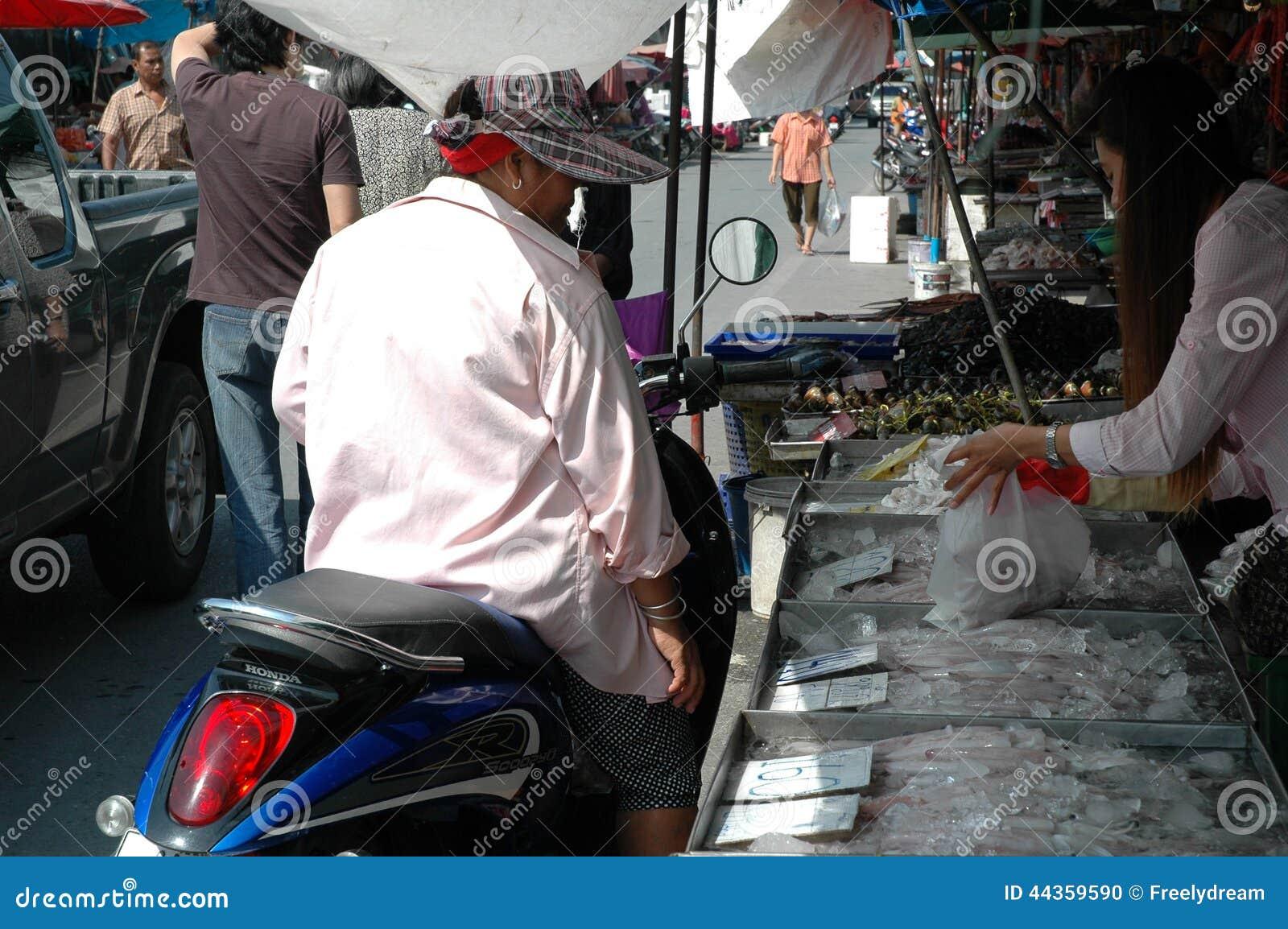 Donna che compra frutti di mare freschi
