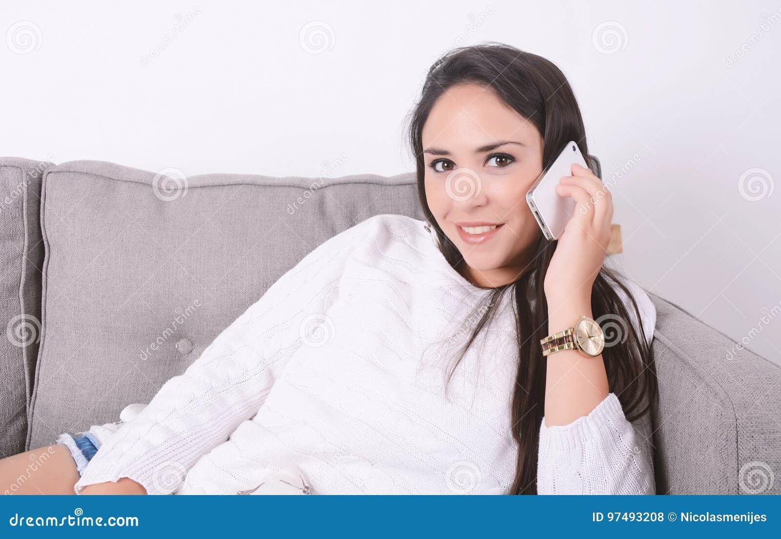 Donna che comunica sul telefono sullo strato