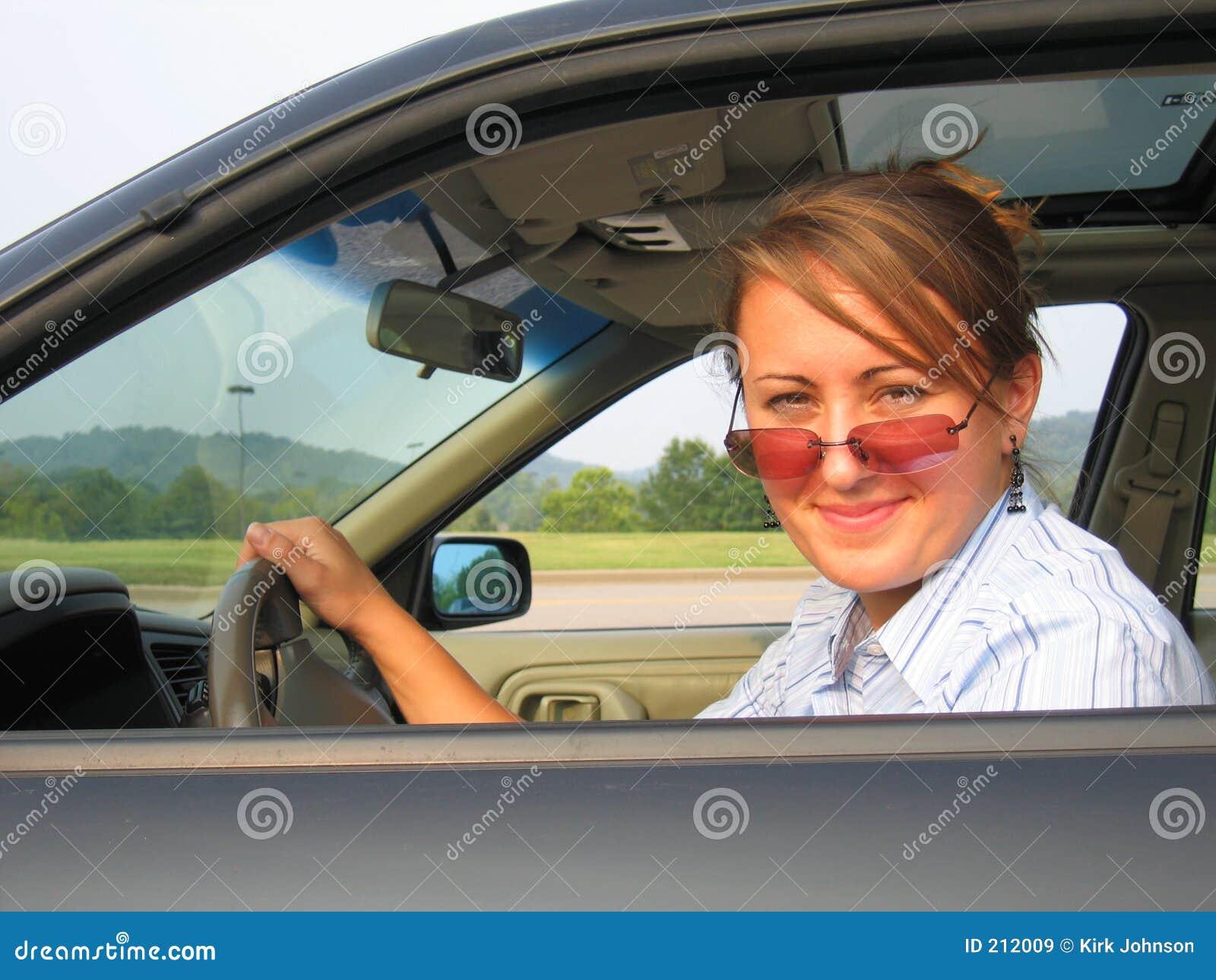 Donna che conduce automobile