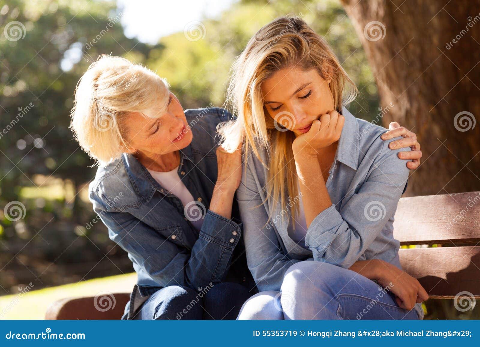 Donna che conforta figlia triste