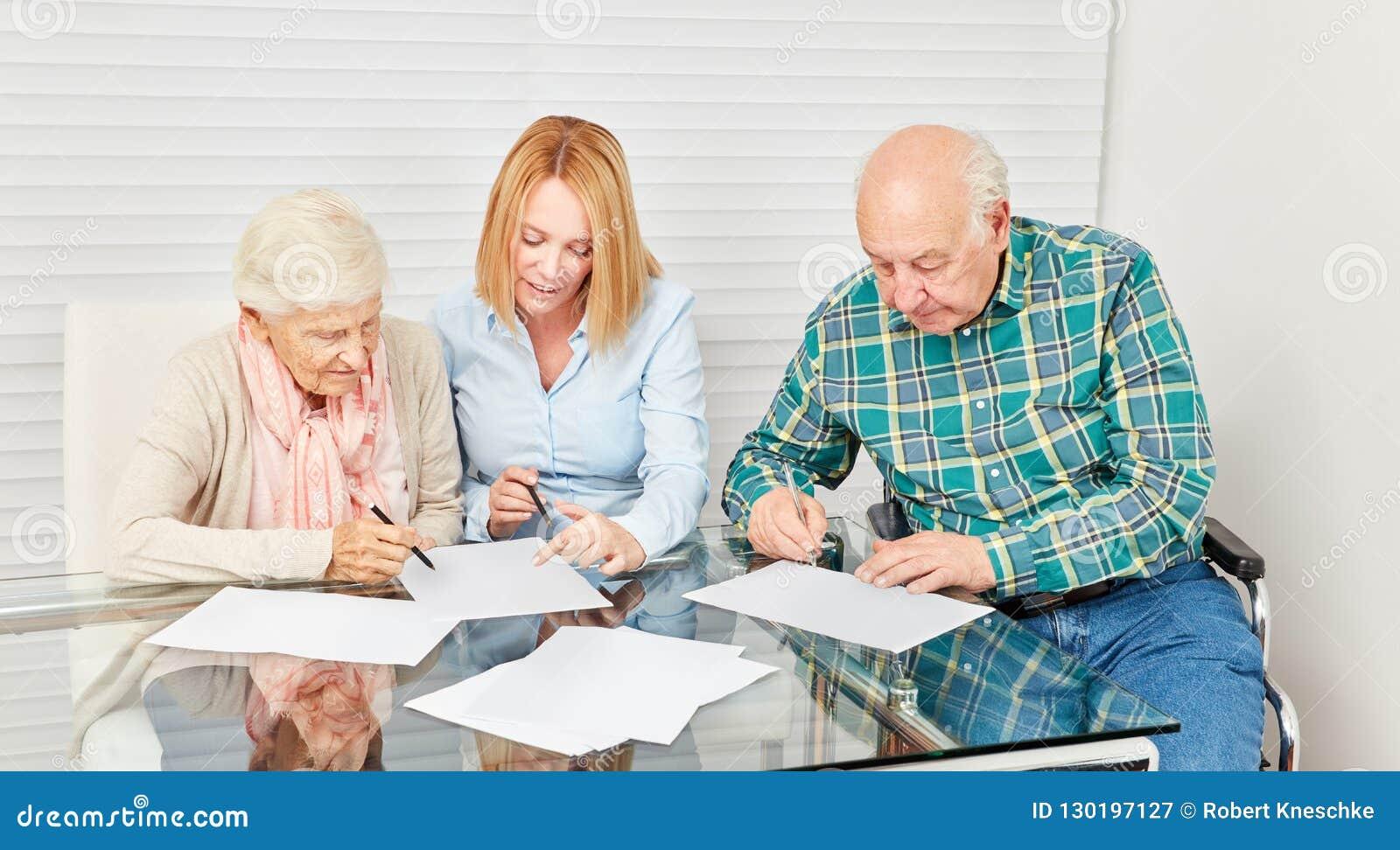 Donna che consiglia anziano per finanza