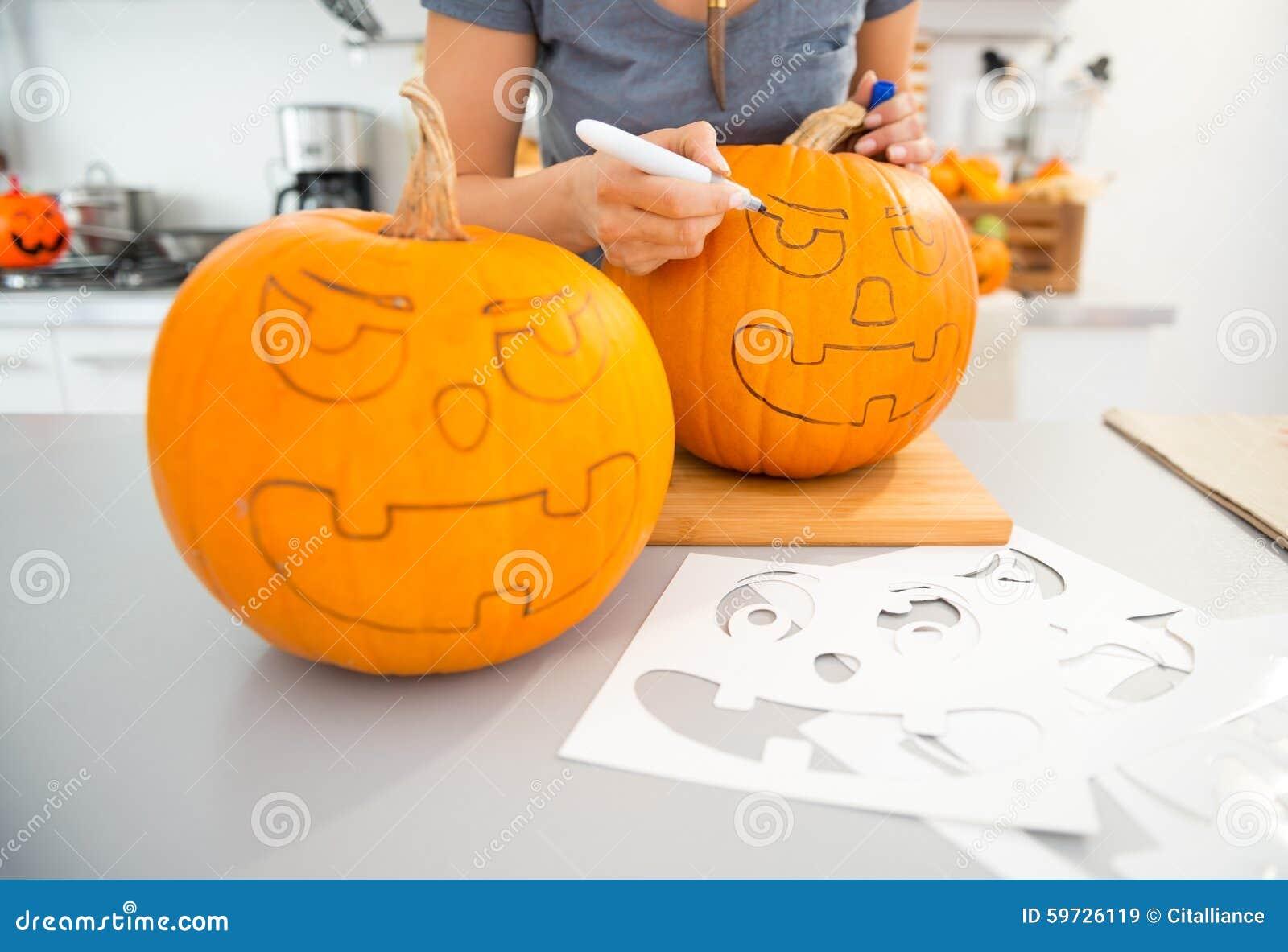 Donna Che Crea Le Zucche Jack-o-Lante Per Halloween Closeup ...