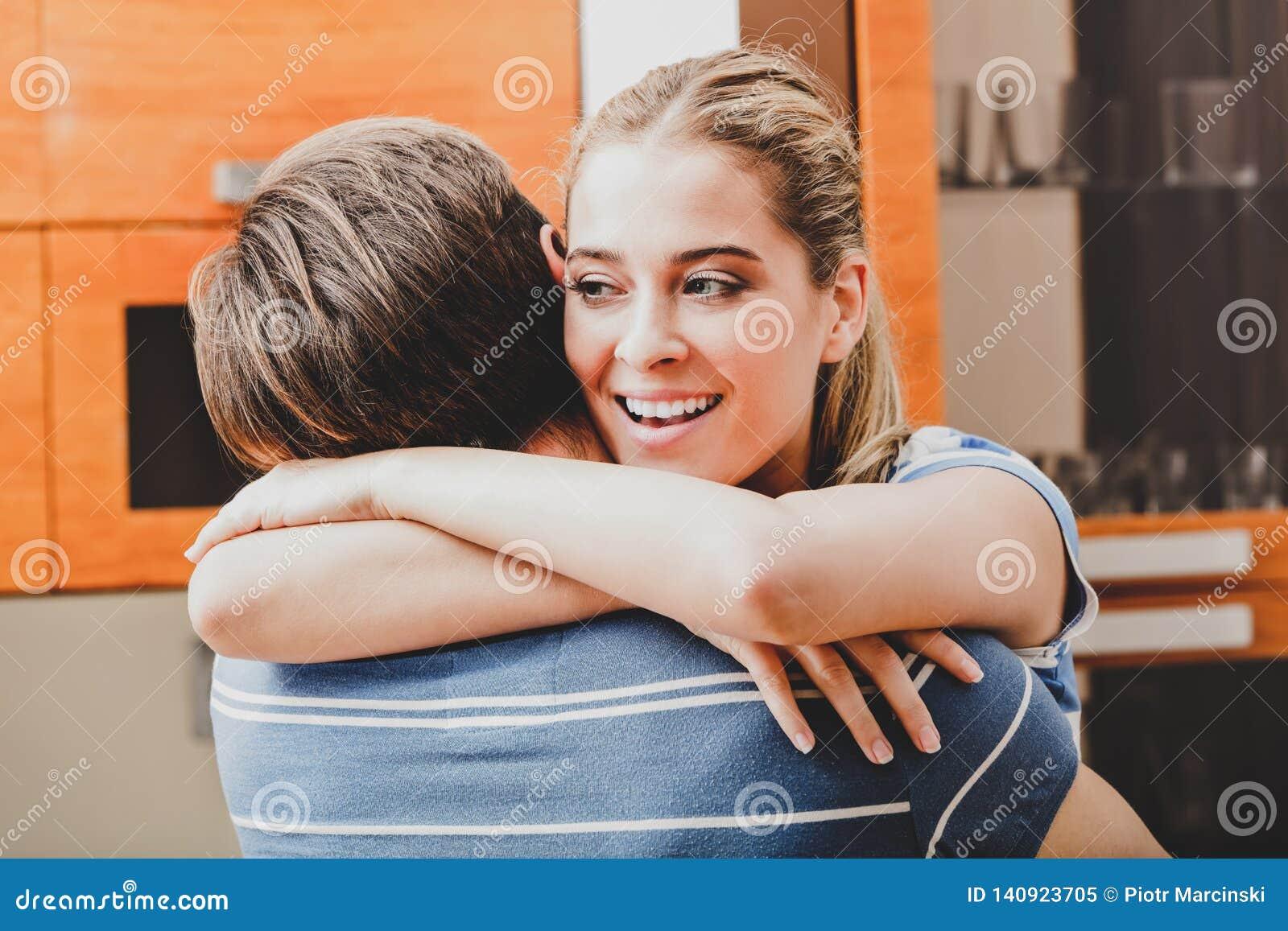 Donna che dà ad abbraccio il suo ragazzo