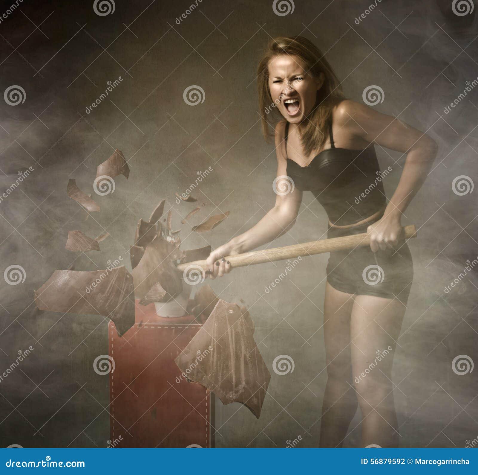 Donna che distrugge l uovo di Pasqua