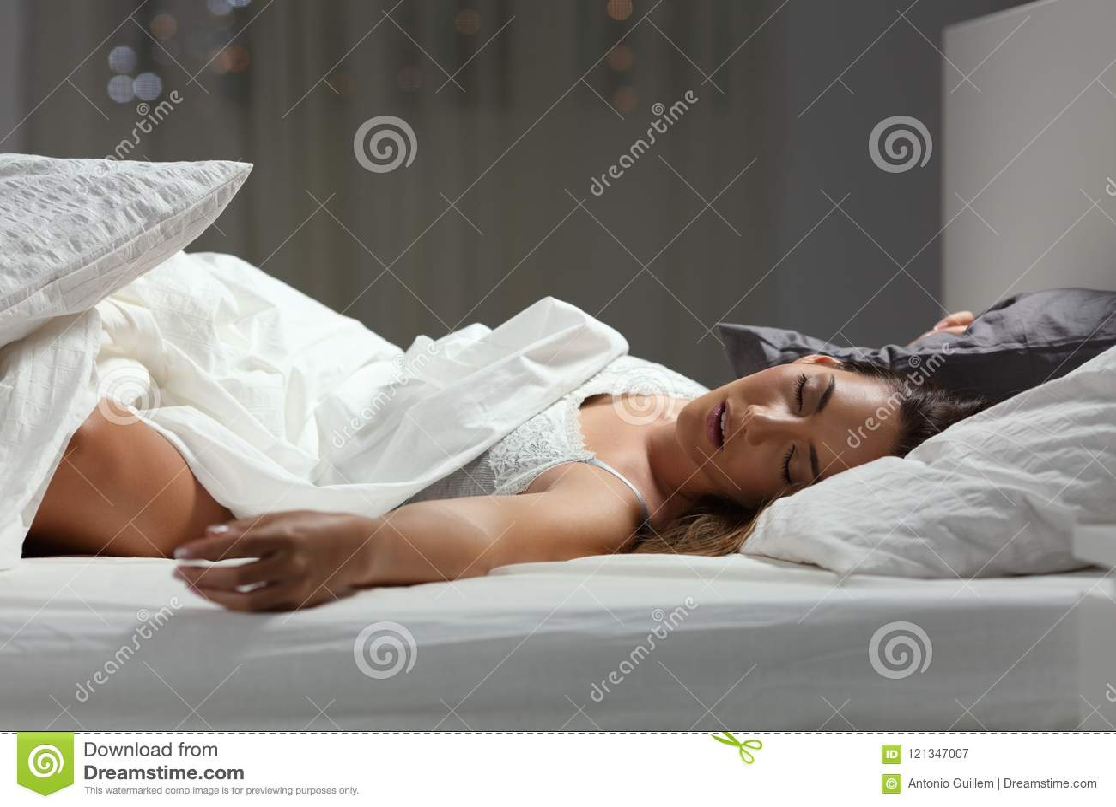 Donna che dorme profondamente a casa nella notte