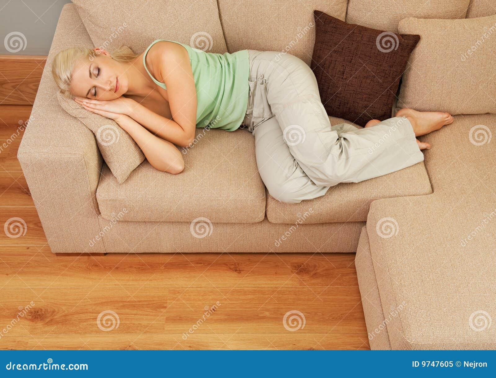 Donna che dorme sul sofà
