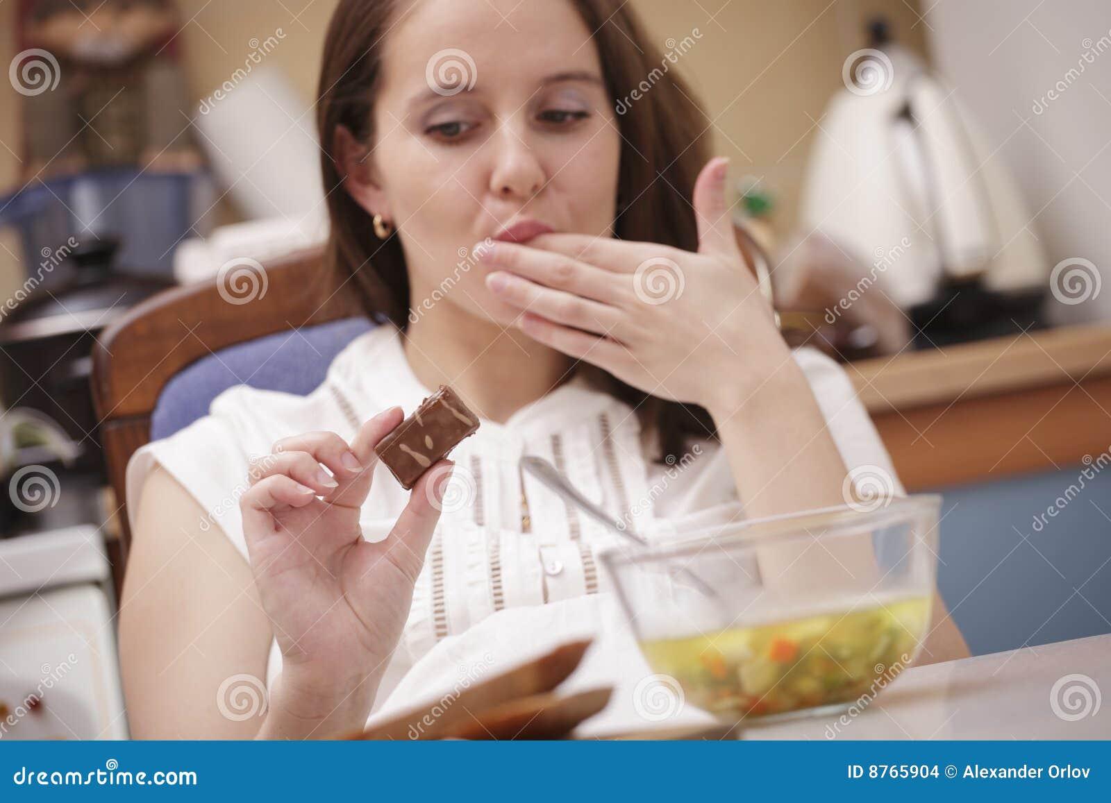 Donna che esamina cioccolato