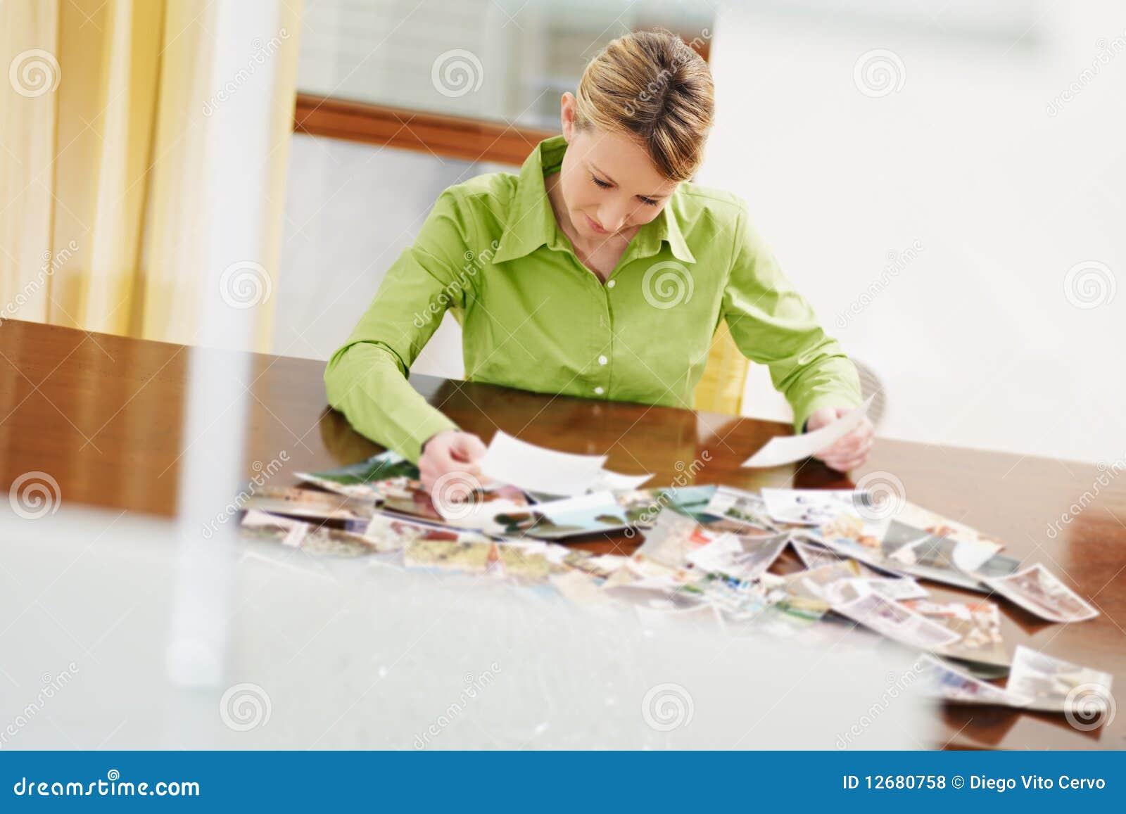 Donna che esamina le foto