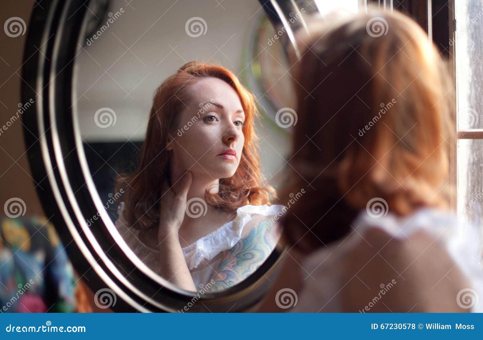 Donna che esamina lo specchio