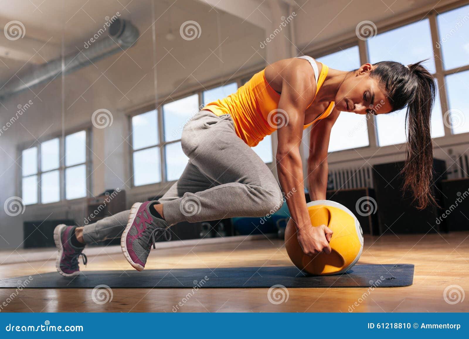 Donna che fa allenamento intenso del centro in palestra