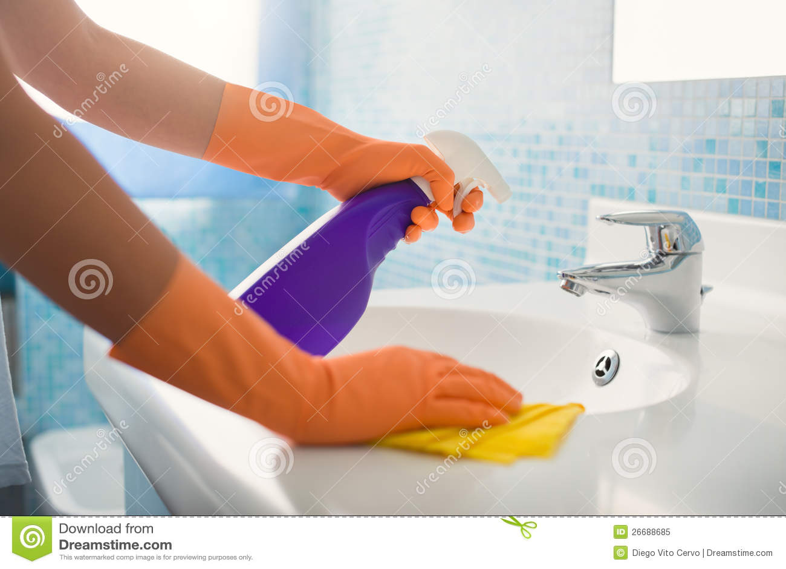 Donna che fa i lavoretti che puliscono stanza da bagno nel paese