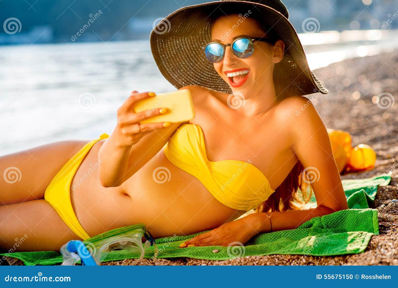 Donna Che Fa Selfie Sulla Spiaggia Fotografia Stock ...