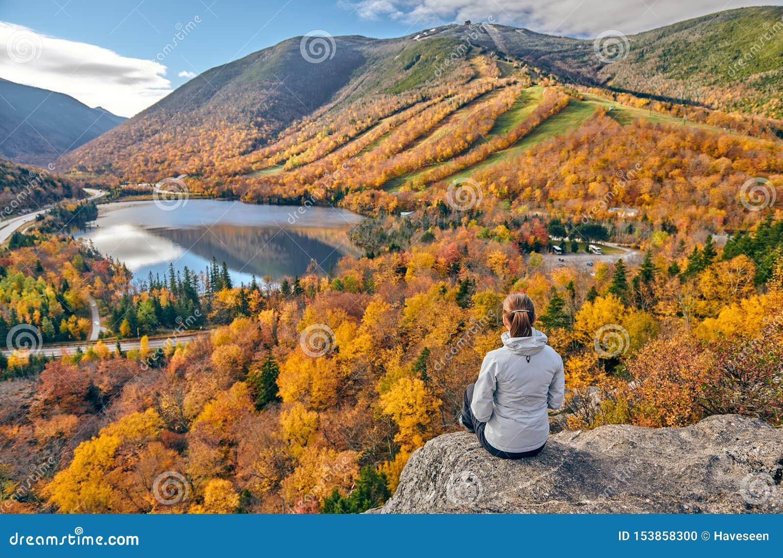 Donna che fa un escursione al bluff dell artista in autunno