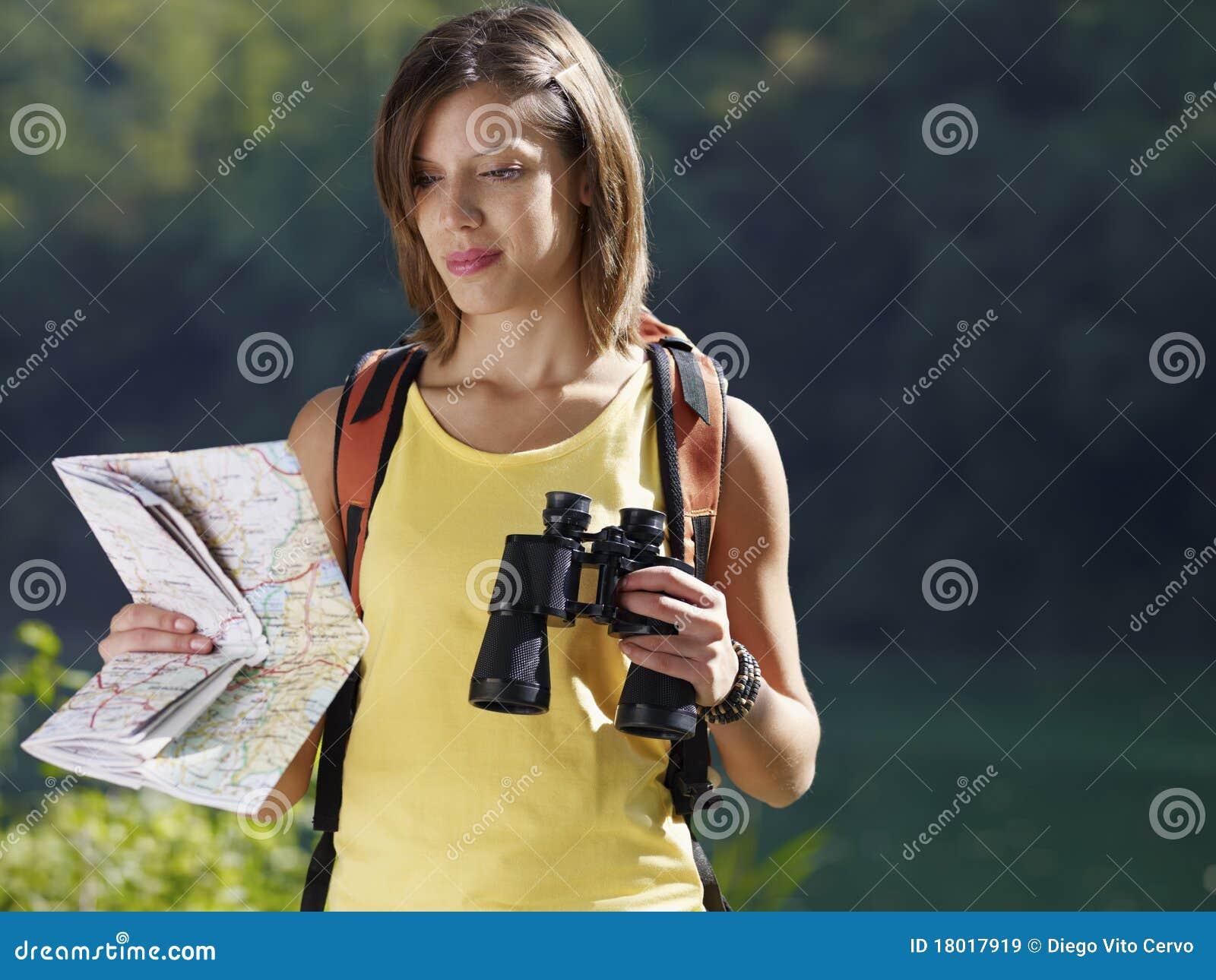 Donna che fa un escursione con il binocolo ed il programma