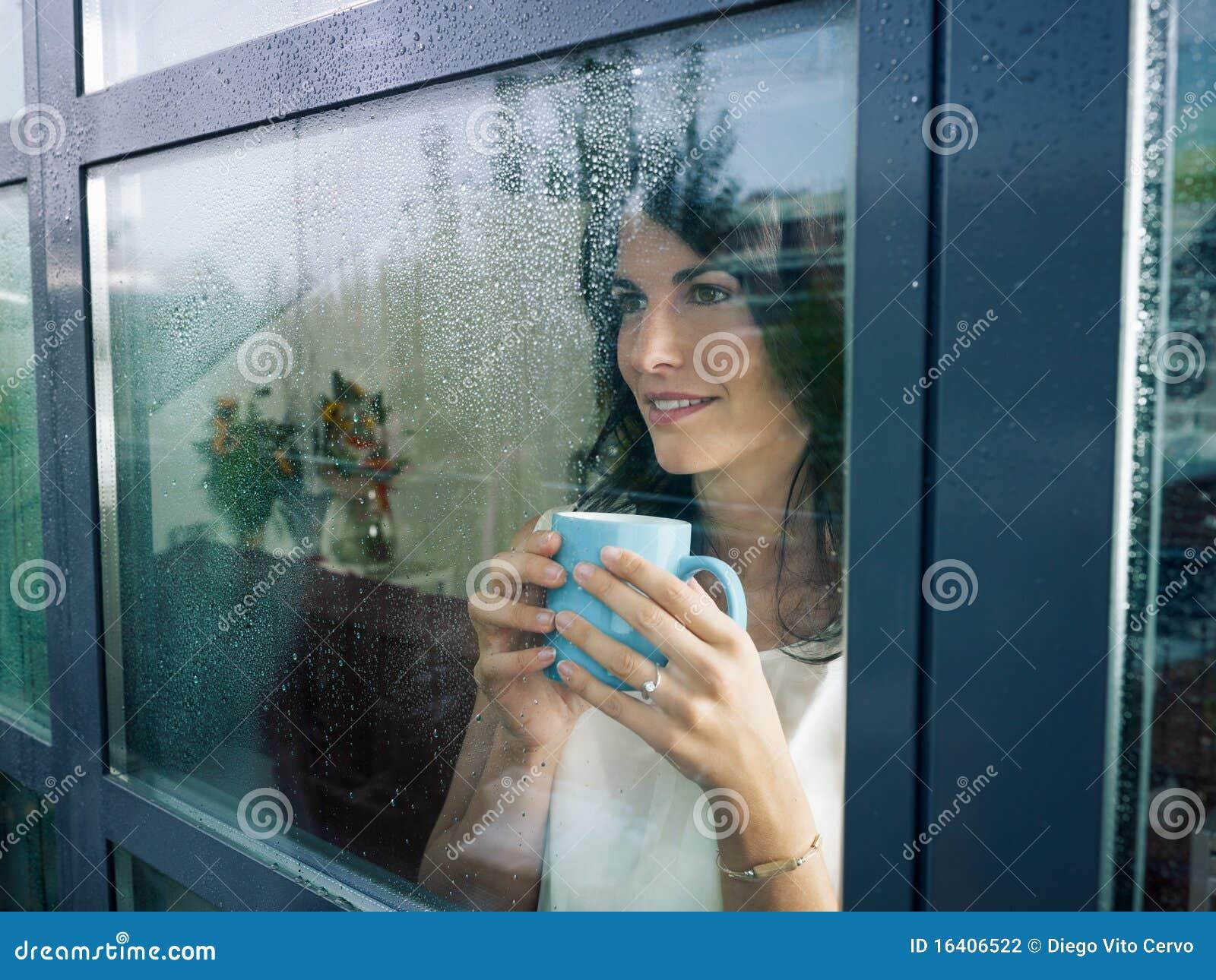 Donna che fissa alla finestra