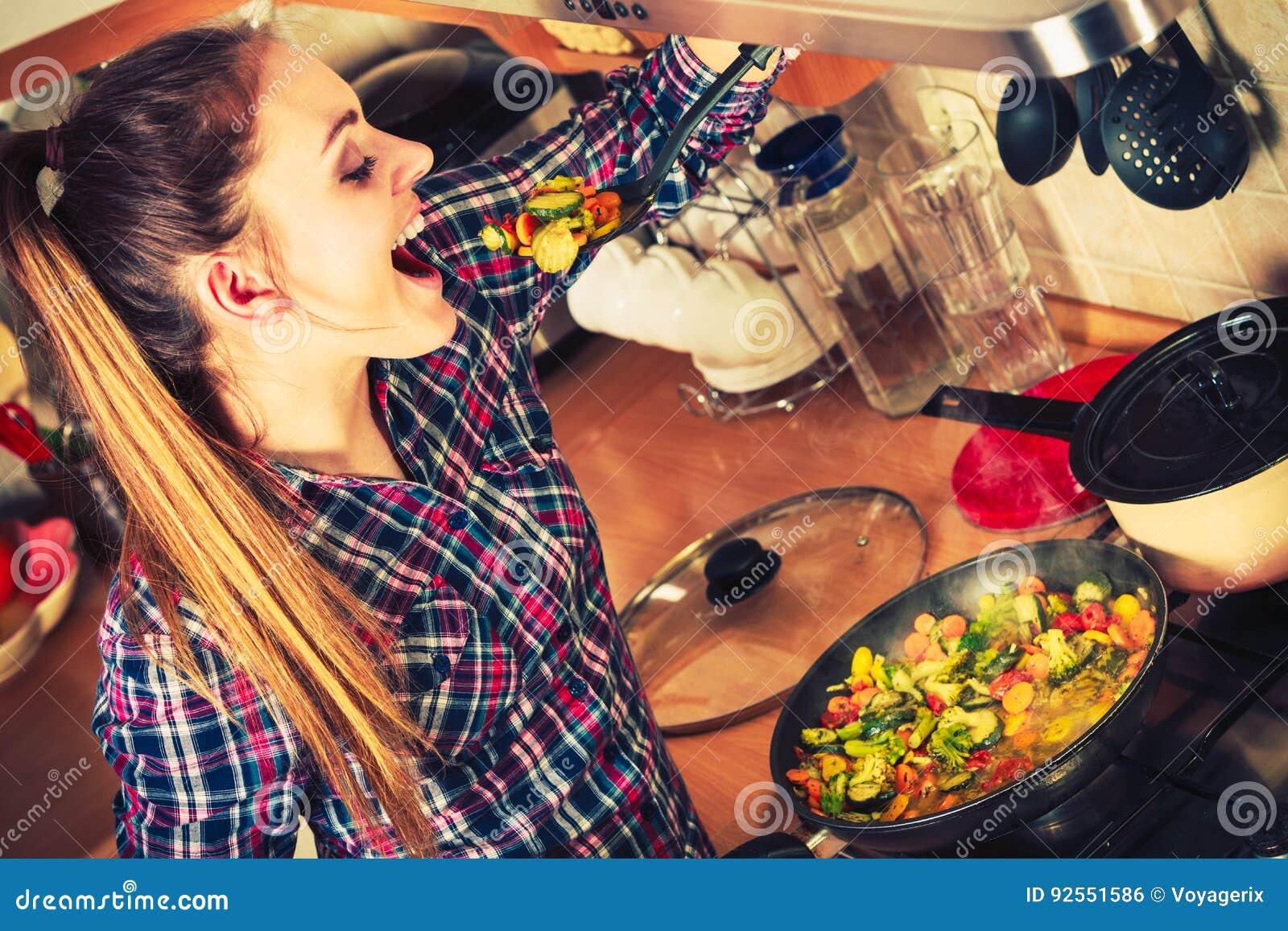Donna che frigge le verdure congelate Frittura di scalpore