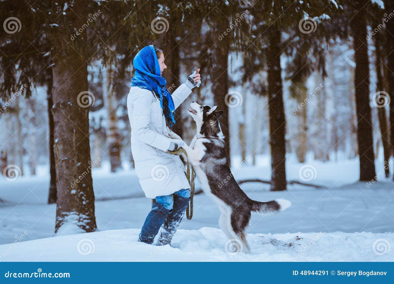 Donna che gioca con il husky