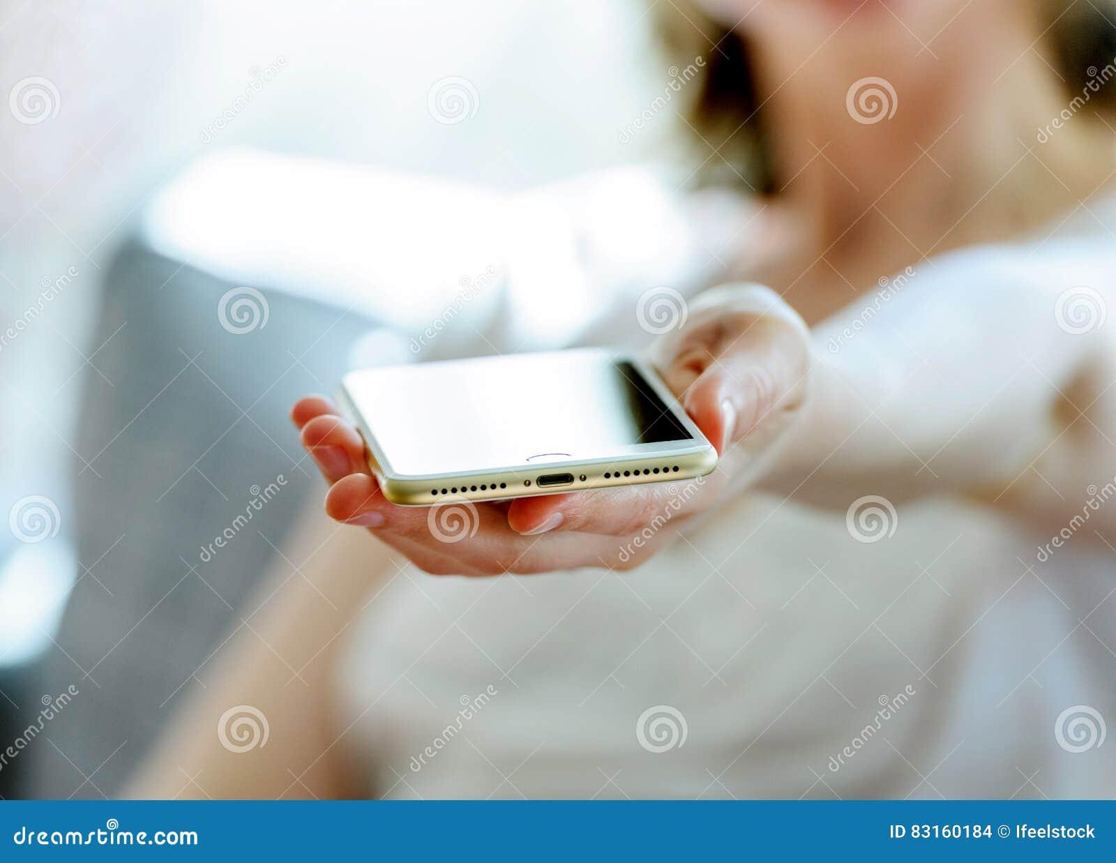 Donna che giudica il nuovo porto di illuminazione di nuovo iphone 7 più
