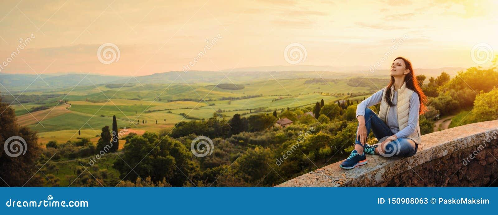 Donna che gode del tramonto e della natura Concetto di libert?