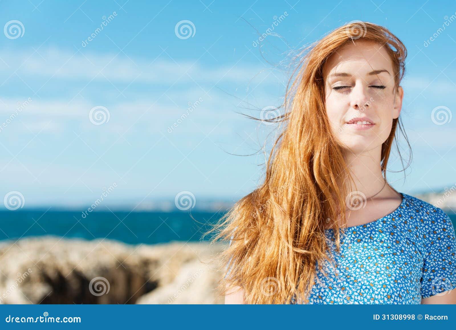 Donna che gode della pace di estate