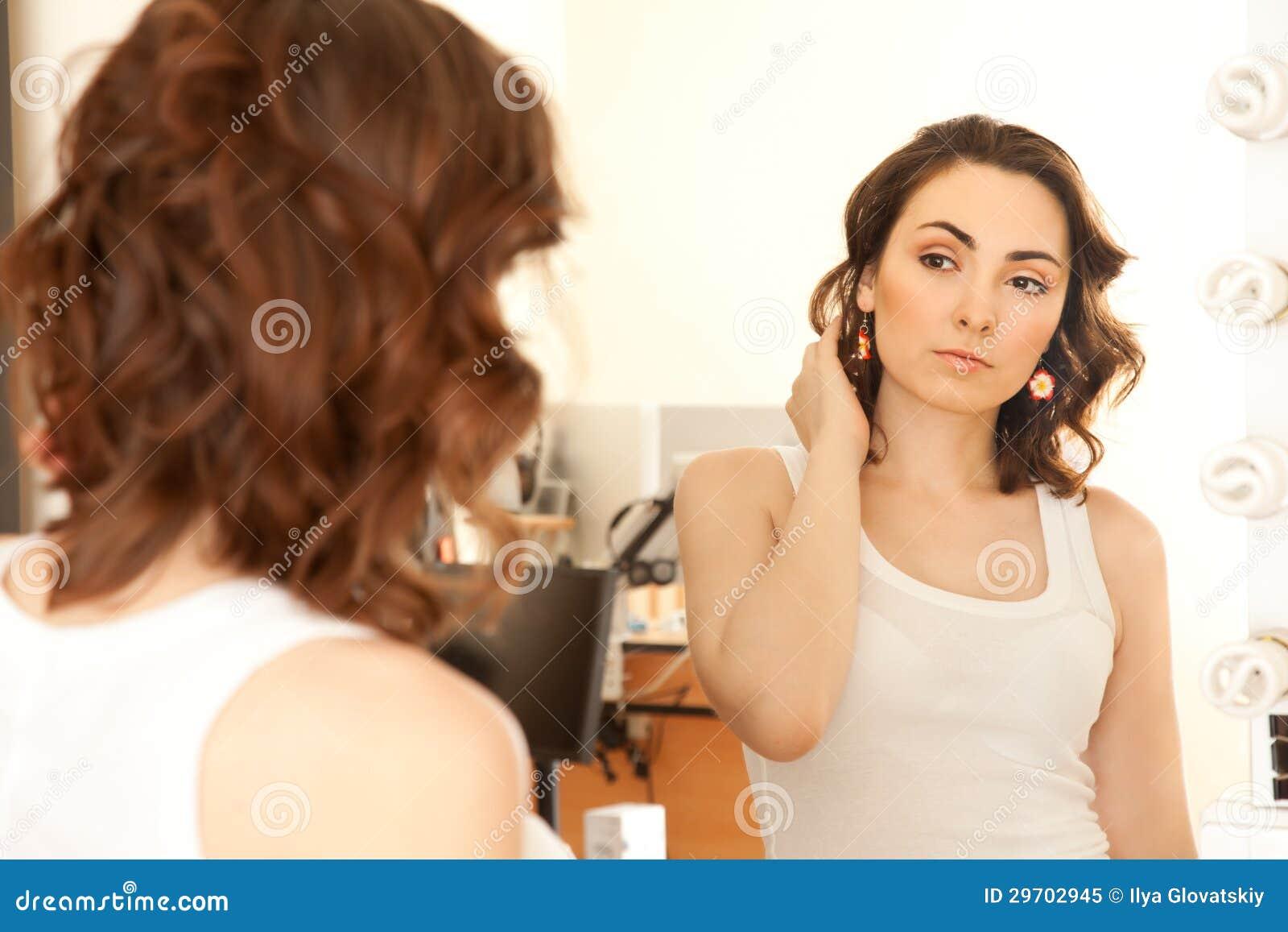Donna che guarda allo specchio fotografia stock libera da - Ragazza davanti allo specchio ...