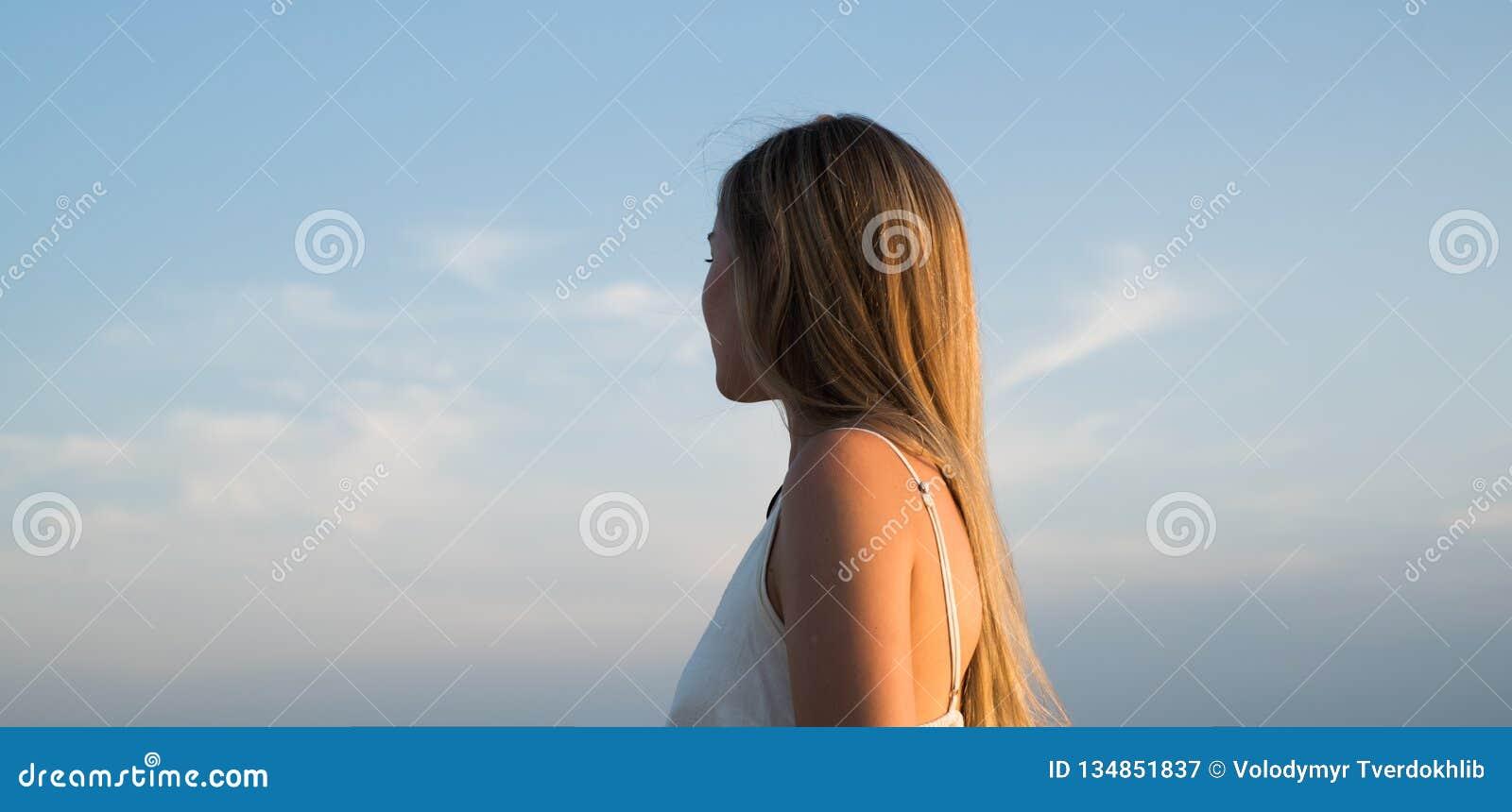Donna che guarda lontano E Successo Vita futura Concetto di viaggio r