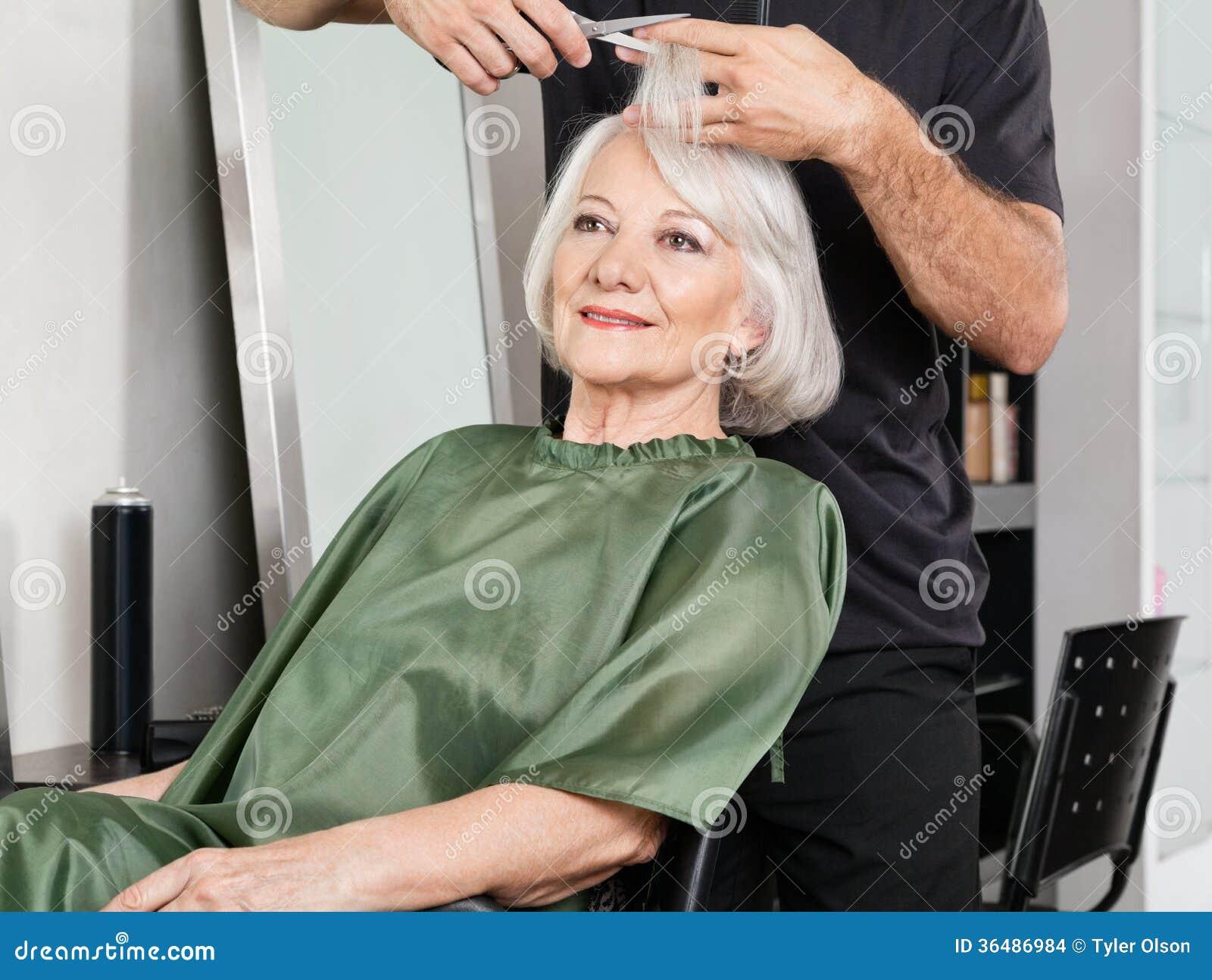 Donna Che Ha Capelli Tagliati Al Salone Fotografia Stock ...