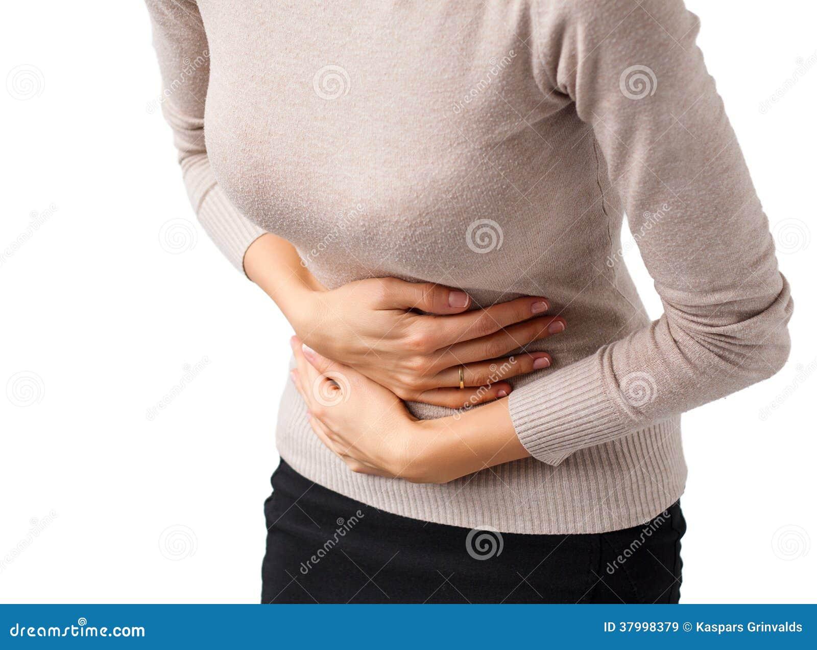Donna che ha dolore di stomaco