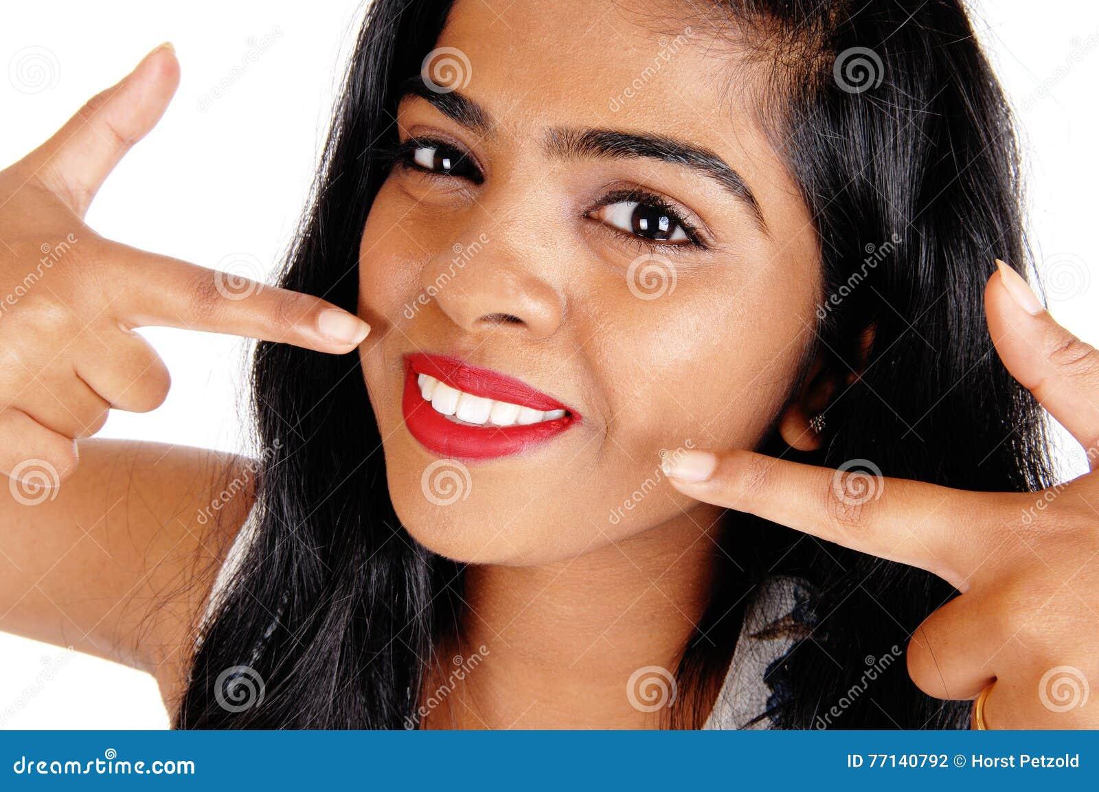 Donna che indica ai suoi denti bianchi