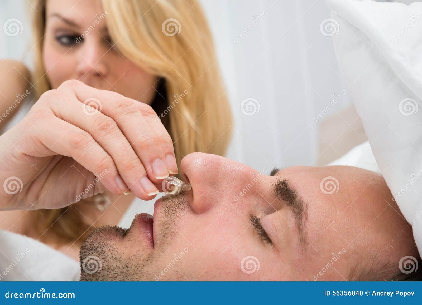 Donna che inserisce il dispositivo della clip del naso nel naso dell uomo
