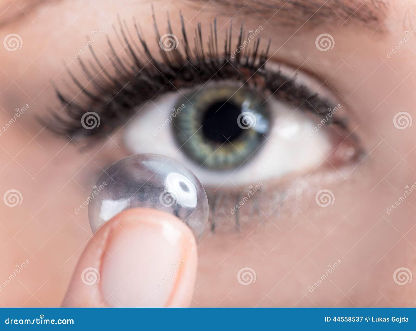 Donna che inserisce una lente a contatto