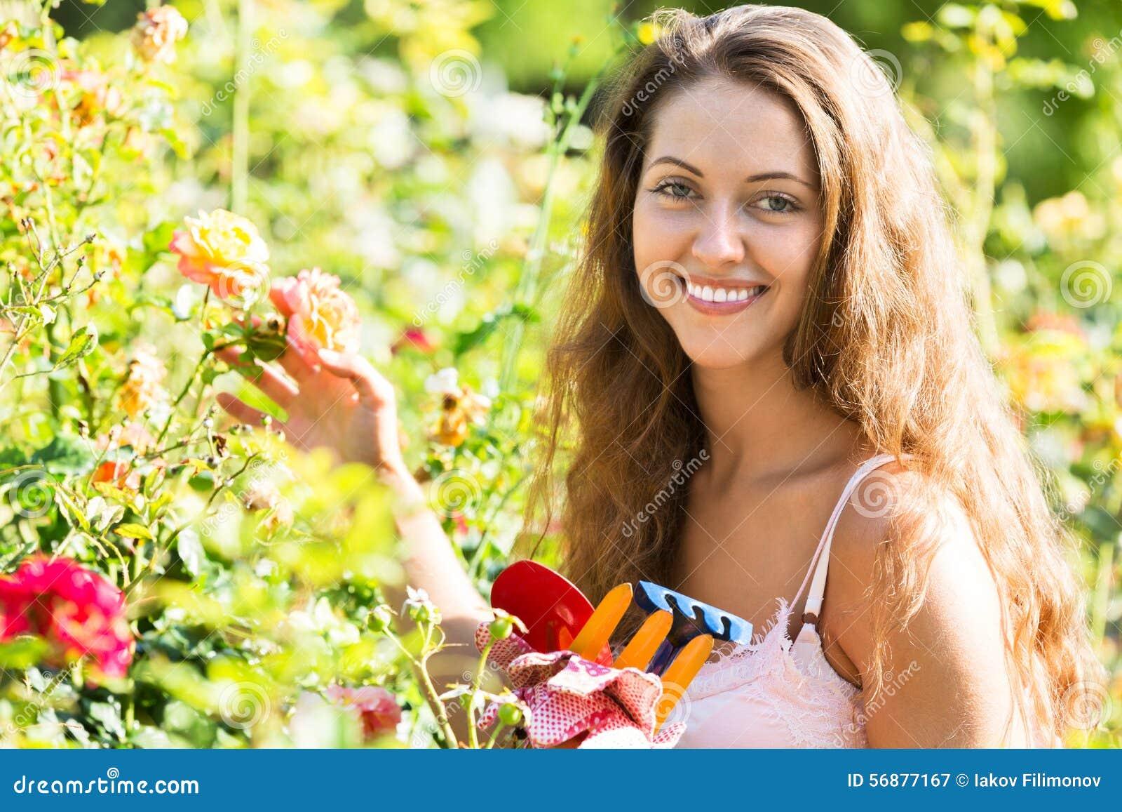 Donna che lavora nelle piante delle rose