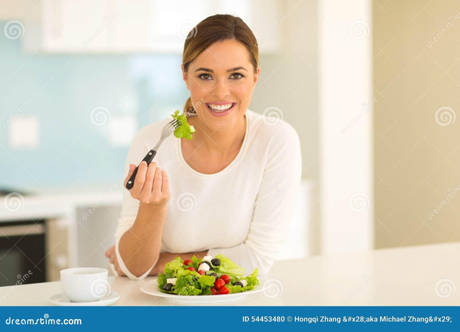 Donna che mangia insalata