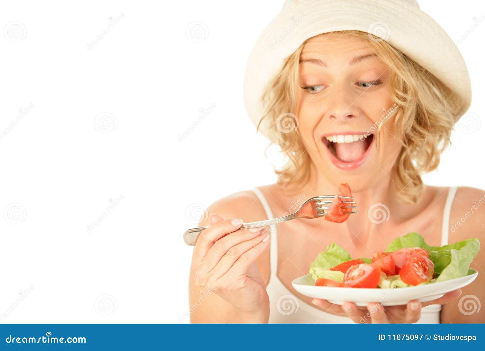 Donna che mangia insalata di verdure