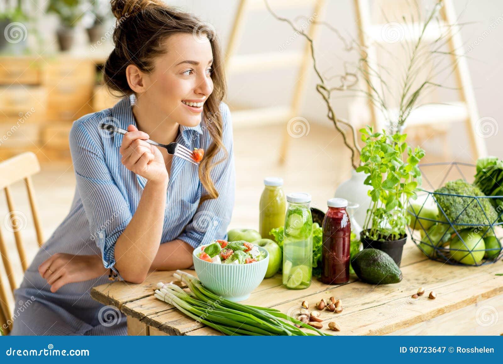 Donna che mangia insalata sana