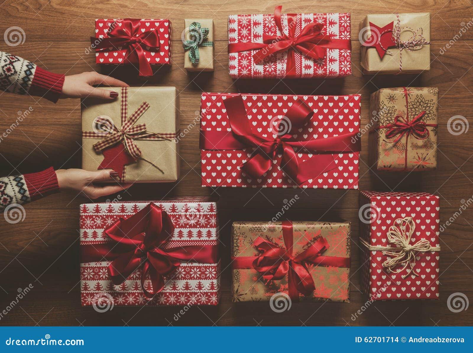 Donna che organizza i regali di Natale d annata meravigliosamente avvolti, immagine con foschia, vista da sopra