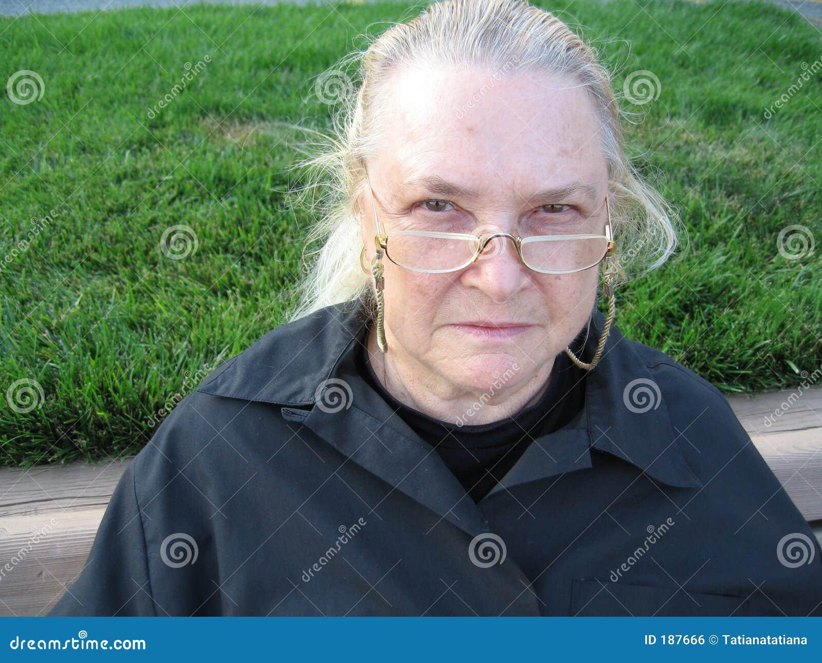 Donna che osserva con gli occhiali