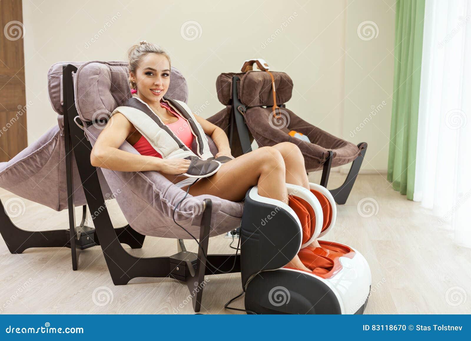 Donna che ottiene massaggio della gamba al salone di bellezza