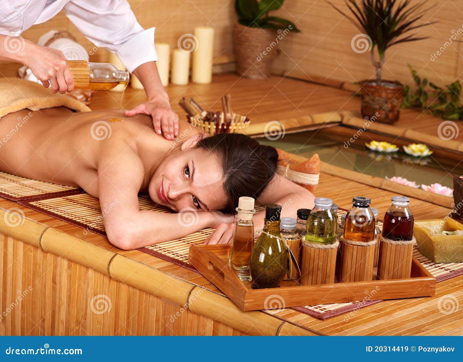 Donna che ottiene massaggio in stazione termale di bambù.
