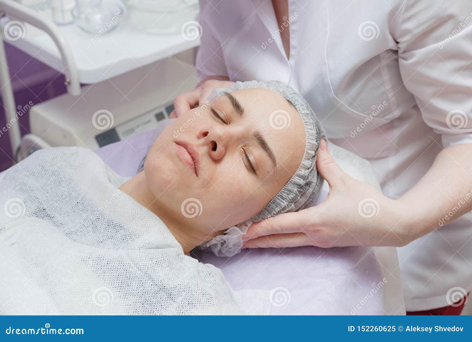 Donna che ottiene pulizia della pelle di ultrasuono al salone di bellezza